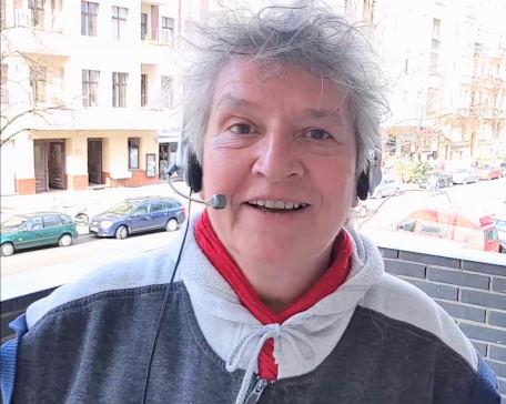 Petra Westerhove auf dem Balkon mit Headset